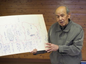 """Der alte Mann und das Meer: Der japanische Fischer Shoza Yawata erklärt seine Sicht der Dinge um die """"Schatzinsel"""". (c) Sonja Blaschke"""