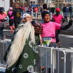 Erinnerungsfoto mit einem glückbringenden Löwen: Tokyo Marathon 2016 - Foto: Sonja Blaschke