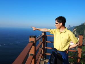 Kang Cheol Su, Vizebürgermeister von Ulleung auf der südkoreanischen Nachbarinsel von Dokdo, weist in Richtung der umstrittenen Inselgruppe. (c) Sonja Blaschke