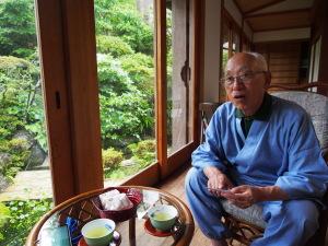 """Kusunoki im """"Engawa"""", einem Gang ums Haus vor dem Garten in Nagasaki. (c) Sonja Blaschke"""