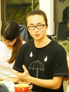 Die Vorderseite von James' T-Shirt zeigt einen Schirm, das Symbol ihrer Bewegung. Dieser stehe dafür, dass Taiwan «von illegalen Vorgängen in der Regierung überschattet werde», erklärt er. Foto: Sonja Blaschke