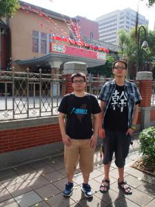 Dieses Regierungsgebäude stürmte die beiden jungen Männer vor zwei Jahren mit vielen anderen jungen Taiwanern aus Protest gegen die China-Politik ihrer Regierung. Es fühle sich komisch an, sich nun für ein Foto davorzustellen, sagten sie beim Interview verlegen. Foto: Sonja Blaschke