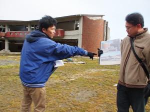 Zwei Väter, die ihre Kinder durch den Tsunami verloren, erklären Besuchern vor Ort, was vor fünf Jahren passierte. (c) S. Blaschke